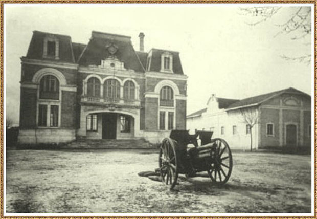 Gujan-Mestras autrefois : la nouvelle Mairie avec un canon de la 2ème guerre mondiale et, à droite, la Salle des Fêtes, Bassin d'Arcachon (carte postale, collection privée)