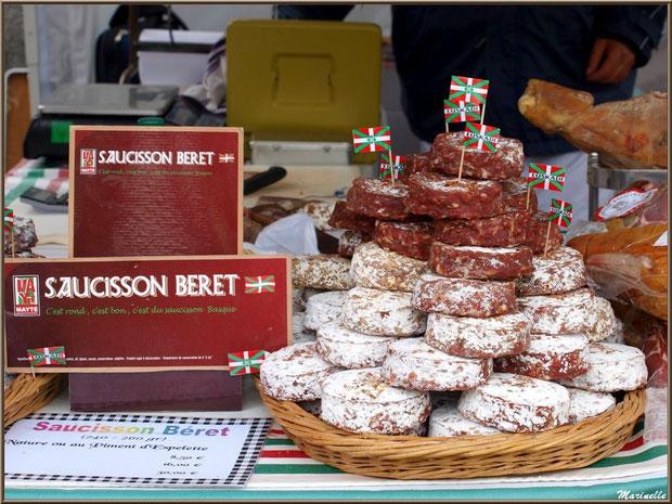 Etal marchand de saucissons béret, Fête au Fromage, Hera deu Hromatge, à Laruns en Vallée d'Ossau (64)