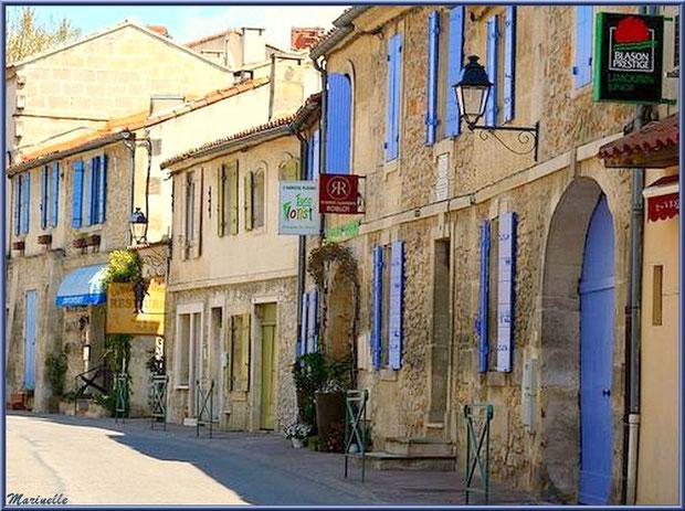 Ruelle, maisons et commerces à Fontvielle dans les Alpilles (Bouches du Rhône)