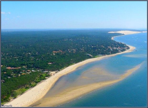 Le Bassin et le rivage d'Arcachon avec ses quartiers Péreire et Le Moulleau puis, en fond, la Corniche du Pyla et la Dune du Pyla, Bassin d'Arcachon (33) vu du ciel