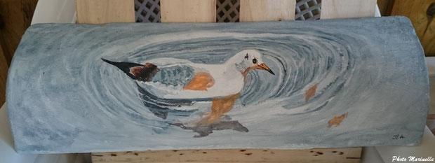 """JLA Artiste Peintre - """"Mouette au fil de l'eau"""" 004 - Peinture sur tuile ostréicole (Bassin d'Arcachon)"""