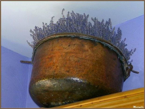"""Le """"Musée de la Lavande"""" à Coustellet (84) : chaudron en cuivre et lavande en haut d'une armoire de la boutique"""