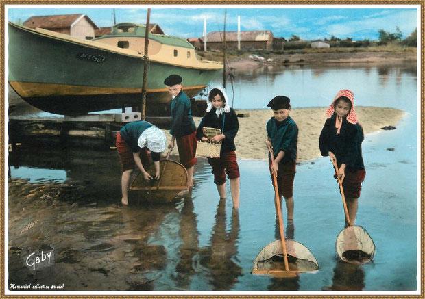 Gujan-Mestras autrefois : Folklore, enfants en tenue locale à la pêche aux crevettes et crabes, Bassin d'Arcachon (carte postale, collection privée)