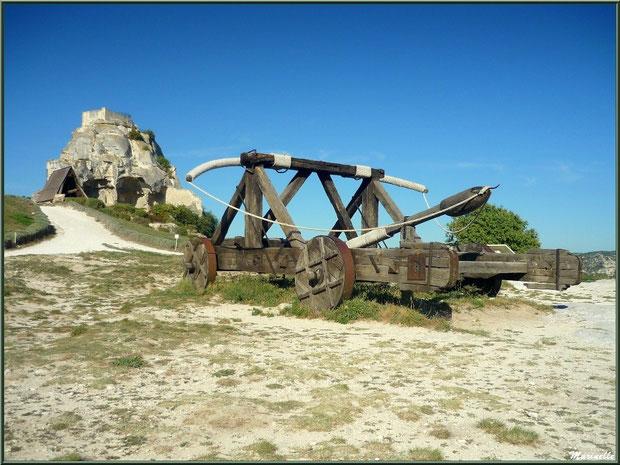 La baliste et le bélier en fond, machines de siège sur l'esplanade du Château des Baux-de-Provence, Alpilles (13)