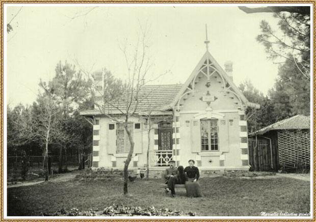 """Gujan-Mestras autrefois : Couple et son chien devant une villa style """"Arcachonnaise"""", Bassin d'Arcachon (photo collection privée)"""