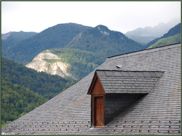 Fenêtre en chien-assis et panorama sur les Pyrénées, village d'Aas, Vallée d'Ossau (64)