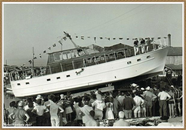 Gujan-Mestras autrefois : en 1944, une mise à l'eau par le Chantier Naval Dubourdieu au Port de Larros, Bassin d'Arcachon (photo, collection privée)