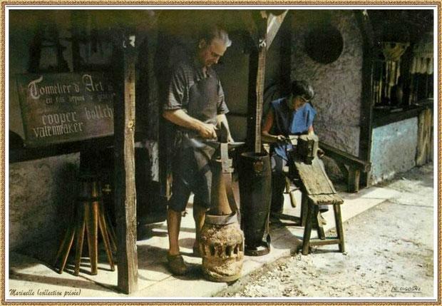 Gujan-Mestras autrefois : Atelier du tonnelier au Village Médiéval d'Artisanat d'Art de La Hume, Bassin d'Arcachon (carte postale, collection privée)