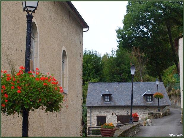 Ruelle, maisons et lampadaires fleuris au village d'Aas, Vallée d'Ossau (64)