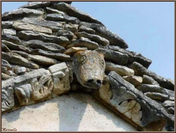 Faîte au-dessus de l'entrée de l'église Saint Sébastien et sa corniche avec frise ornée d'une tête de bovidé - Goult, Lubéron - Vaucluse (84)
