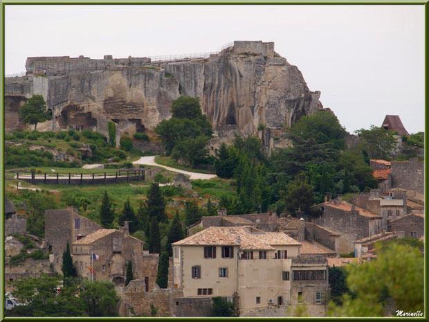Le Château des Baux-de-Provence et son explanade avec une bas l'entrée de la citée (vue zoomée depuis le Val d'Enfer), Alpilles (13)