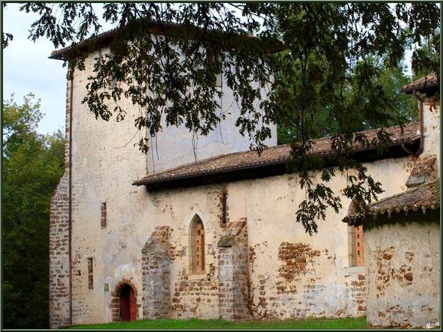 Eglise St Michel du Vieux Lugo  à Lugos (Gironde) : façade Sud, l'entrée et son clocher