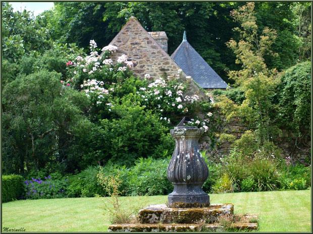 Jardin à l'entrée, face au Manoir - Les Jardins du Kerdalo à Trédarzec, Côtes d'Armor (22)
