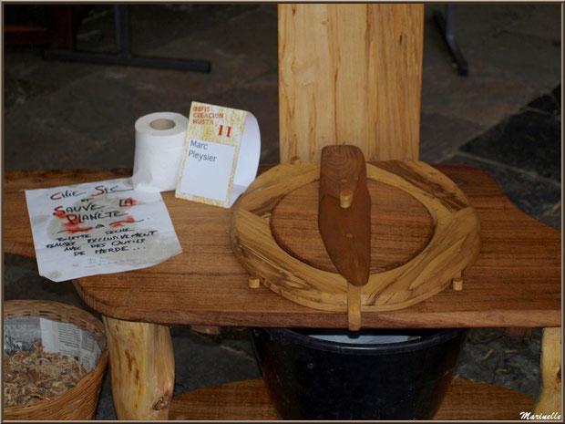 WC écologique scuplté dans le bois, exposition bois sous la halle municipale, Fête au Fromage, Hera deu Hromatge, à Laruns en Vallée d'Ossau (64)
