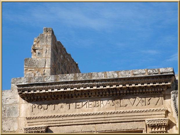 """Inscription sur le haut de la fenêtre renaissance """"POST TENEBRAS LUX 1571"""", Baux-de-Provence, Alpilles (13)"""