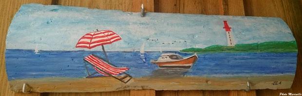 """JLA Artiste Peintre - """"Chaise longue, parasol sur plage et pinasse avec phare Cap Ferret en fond de décor"""" 061 - Peinture sur tuile"""
