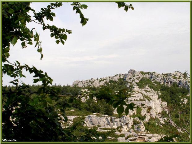 Vue panoramique sur les Alpilles au détour d'une ruelle, Baux-de-Provence, Alpilles (13)