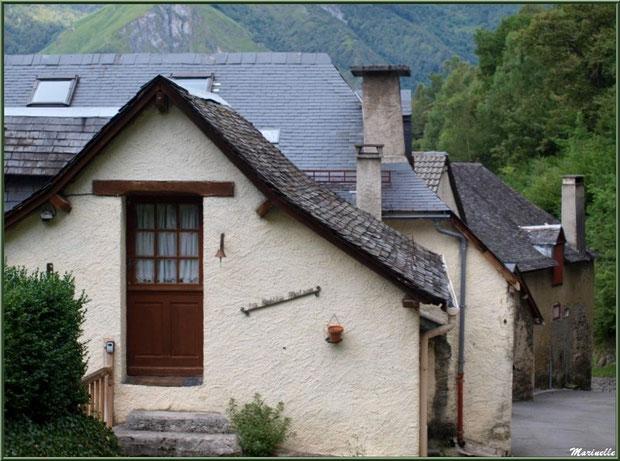 Maisons et ruelle au village d'Aas, Vallée d'Ossau (64)