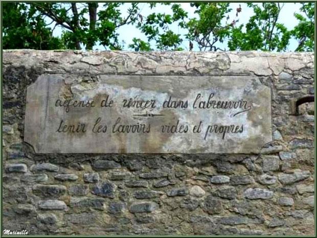 Décret d'époque à la fontaine lavoir - Goult, Lubéron - Vaucluse (84)