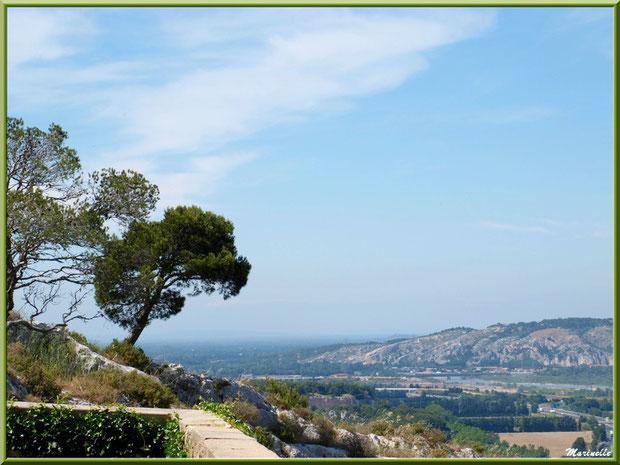 Vue panoramique sur la vallée de la Durance depuis les jardins de la chapelle Notre Dame de Beauregard, village d'Orgon, entre Alpilles et Lubéron (13)