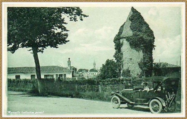 "Gujan-Mestras autrefois : en 1923, le ""Moulin du Frère Jean"" dit ""Chaouchoun"" avec automobile et l'Eglise Saint Maurice en fond, Bassin d'Arcachon (carte postale, collection privée)"