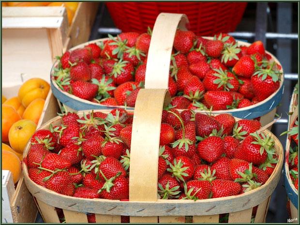 Marché de Provence, mardi matin à Vaison-la-Romaine, Haut Vaucluse (84), étal de fruits