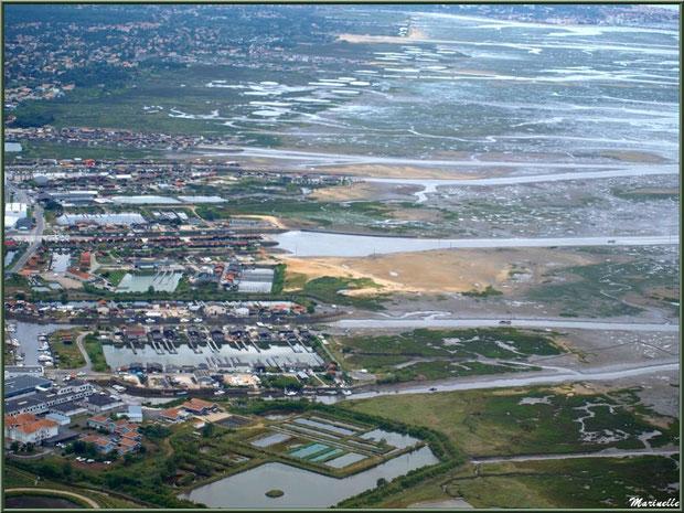 Gujan Mestras à marée montante avec ses prés salés, ses réservoirs, son Lycée de la Mer, ses ports de La Barbotière, du Canal et Larros puis à l'horizon sa plage de La Hume et Arcachon, Bassin d'Arcac