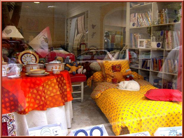 """Chat blanc en vitrine d'une boutique """"Souleiado"""" dans une ruelle à Saint Rémy de Provence, Alpilles (13)"""