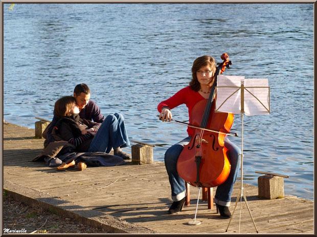 violoncelliste en concerto pour amoureux en bord du Lot à Casseneuil, Lot et Garonne