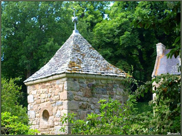 Un des petits pavillons aux mosaïques en coquillages (vu de dos) des Quatres Carrés  - Les Jardins du Kerdalo à Trédarzec, Côtes d'Armor (22)