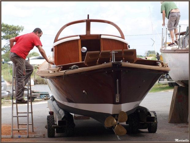 """Pinasse """"Ayla"""" prête pour la mise à l'eau et dernière mise en beauté, Chantier Naval Debord et Charmet, Port de Meyran à Gujan-Mestras, Bassin d'Arcachon (33)"""