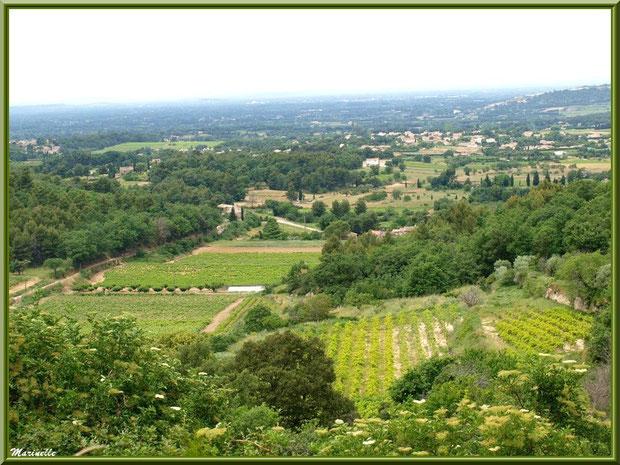 Vue sur la campagne environnante depuis les hauteurs du village d'Oppède-le-Vieux, Lubéron (84)