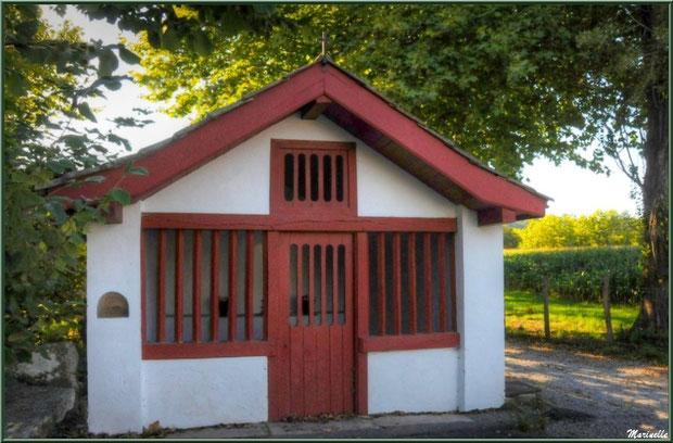 Chapelle votive en bordure d'un chemin à Sare (Pays Basque français)