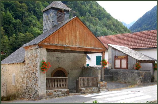 La chapelle en bordure de la route traversant le hameau de Gabas, Vallée d'Ossau (64)