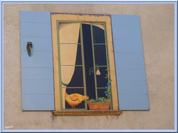 """Fenêtre """"trompe l'oeil"""" d'une boutique dans une ruelle à Saint Rémy de Provence, Alpilles (13)"""