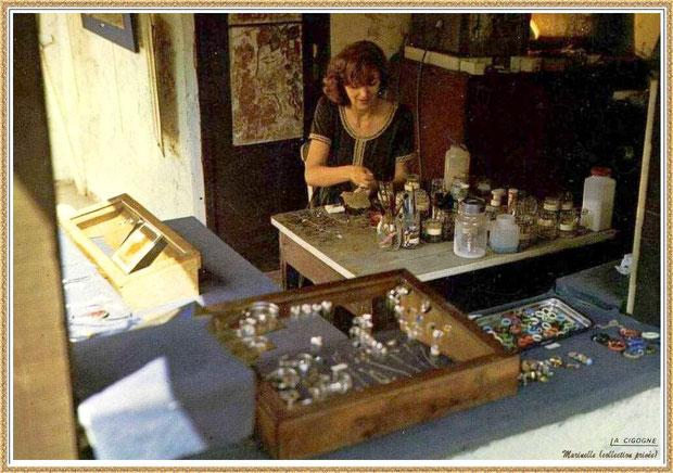 Gujan-Mestras autrefois : Atelier de l'émailleuse au Village Médiéval d'Artisanat d'Art de La Hume, Bassin d'Arcachon (carte postale, collection privée)