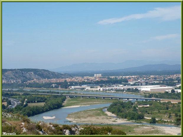 Vue panoramique sur la vallée de la Durance depuis les jardins de la chapelle Notre Dame de Beauregard, village d'Orgon, entre Alpilles et Lubéron (13) avec, en fond, la ville de Cavaillon