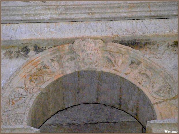 Détail sculptures de l'arc en haut du socle au Mausolée des Jules aux Antiques à Saint Rémy de Provence, Alpilles (13)