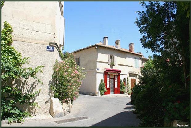 Ruelle, maisons et commerce à Fontvielle dans les Alpilles (Bouches du Rhône)