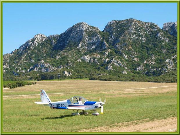 Un avion sur la piste de l'aérodrome de Romanin avec les Alpilles pour décor à Saint Rémy de Provence (13)