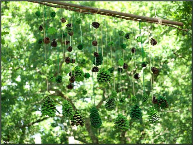 Suspension décorative entre les arbres à la Fête de la Nature 2013 au Parc de la Chêneraie à Gujan-Mestras (Bassin d'Arcachon)