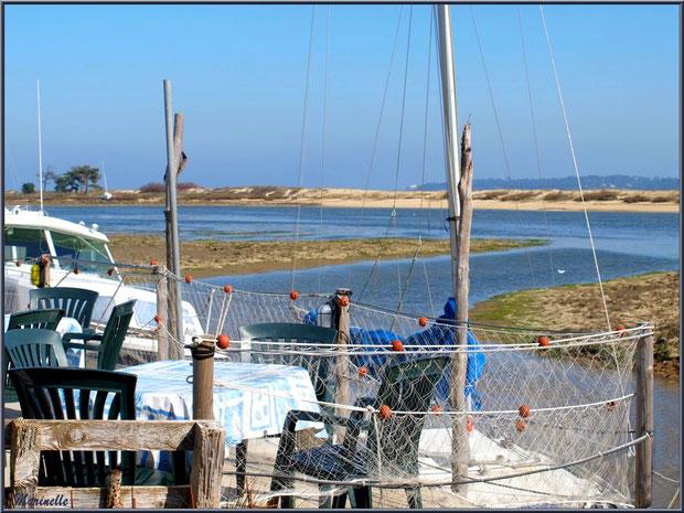 """La terrasse de la dégustation d'huître """"Le Sémaphore"""" au port ostréicole du Cap Ferret, Bassin d'Arcachon"""