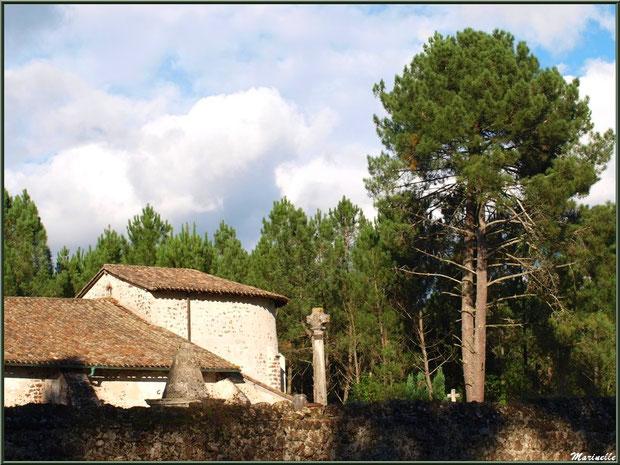 Eglise Saint Pierre de Mons côté choeur et le cimetière avec la Croix du Cimetière qui domine, Belin-Beliet (Gironde)