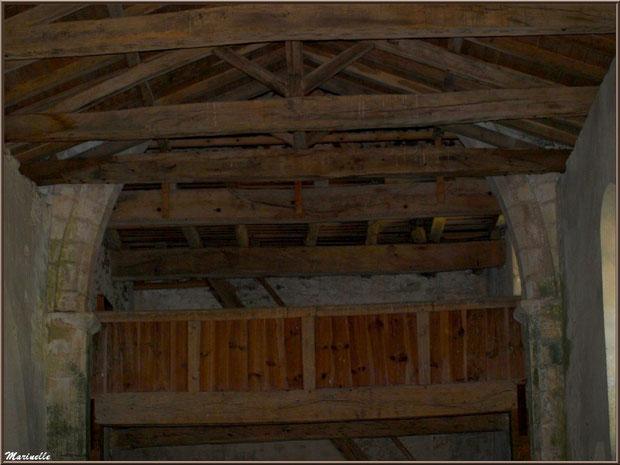 Chapiteaux, arceau en ogive, charpente apparente et balcon à l'église Saint Pierre de Mons à Belin-Beliet (Gironde)