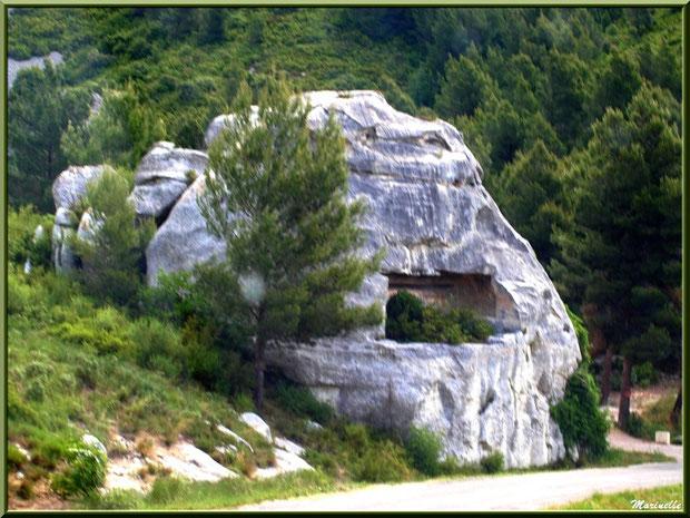 Le Val d'Enfer avec ses rochers aux formes étranges, mystérieuses et sa garrigue, Baux-de-Provence, Alpille (13)