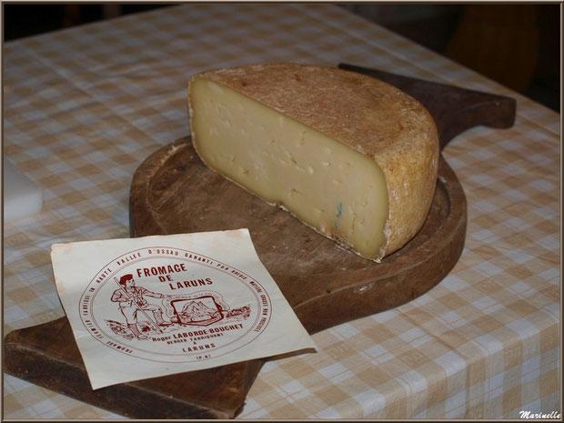 Plateau de fromage tradionnel, fromage pur brebis et première étiquette de la fromagerie artisanale Laborde-Bouchet, Fête au Fromage, Hera deu Hromatge, à Laruns en Vallée d'Ossau (64)
