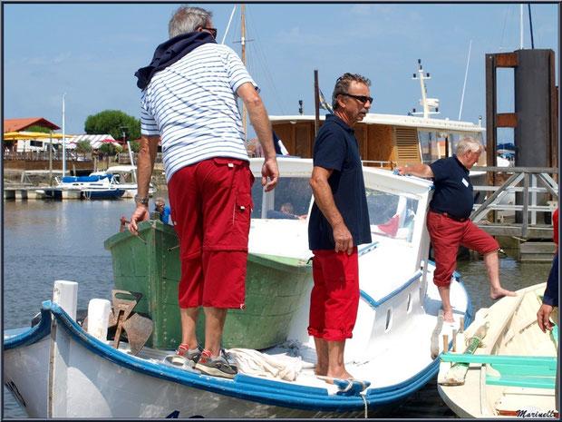Pinasse et pinassote revenant de la pêche à la sardine en train d'accoster - Fête du Retour de la Pêche à la Sardine 2014 à Gujan-Mestras, Bassin d'Arcachon (33)