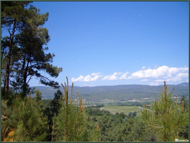 Vue panoramique depuis les hauteurs du village de Roussillon, Lubéron (84)