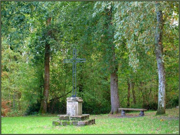 Eglise St Michel du Vieux Lugo à Lugos (Gironde) : croix et banc dans la clairière, pour les pèlerins