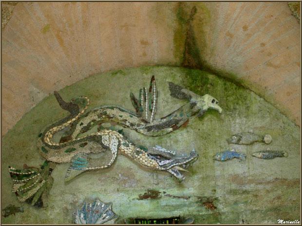 La Grotte Italienne et ses personnages marins en coquillages (haut du mur du fond en façade) - Les Jardins du Kerdalo à Trédarzec, Côtes d'Armor (22)- Les Jardins du Kerdalo à Trédarzec, Côtes d'Armor (22)